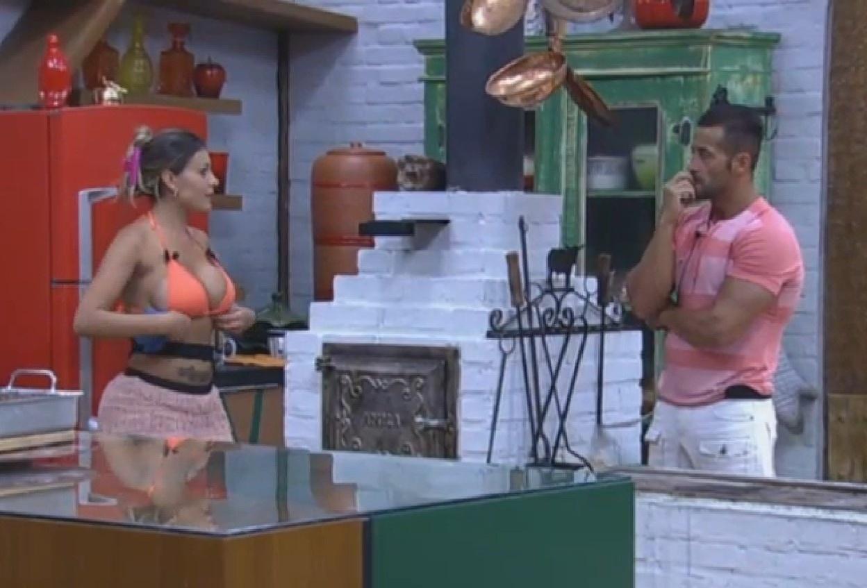 22.ago.2013 - Andressa e Oliver conversam na cozinha