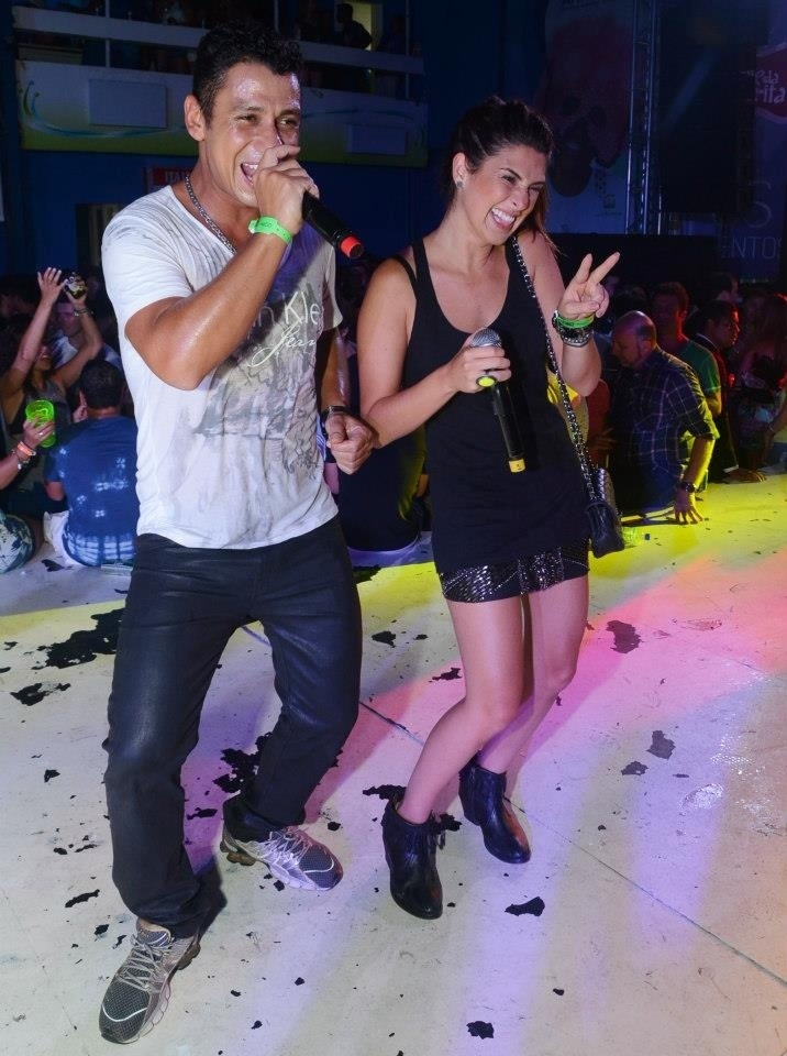 22.ago.2013 - Fernanda Paes Leme subiu no palco e cantou com MC Leozinho, no início do ano, em uma das edições do