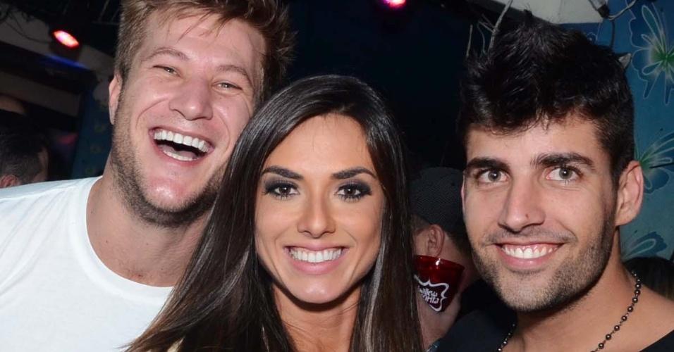 22.ago.2013- Ex-BBB Diego Alemão, Nicole Bahls e Diego Pombo marcaram presença na mais recente edição do baile