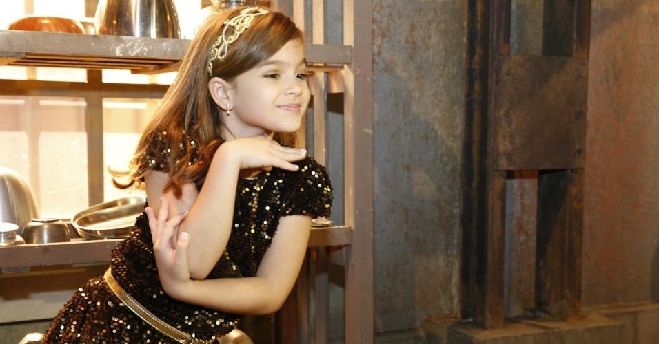 """22.ago.2013- Mel Maia imita pose de Anitta durante apresentação do elenco de """"Joia Rara"""""""