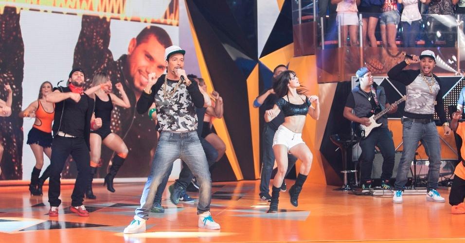 """22.ago.2013- Rodrigo Faro canta sucesso de Naldo, ao vivo, no  """"Legendários"""", neste domingo, 25"""