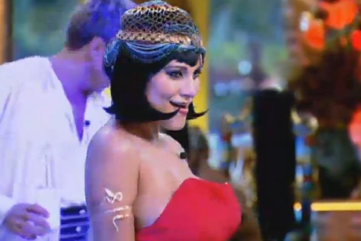 Andressa Urach ficou morena e com os cabelos curtos ao colocar uma peruca na festa Árabe