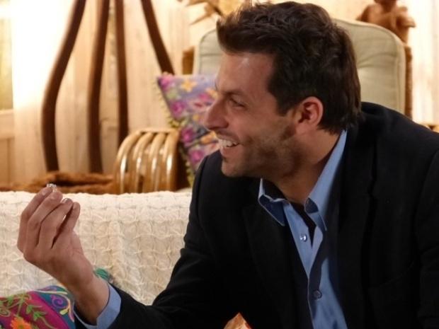 """Em """"Flor do Caribe"""", Samuel faz aliança para Cassiano pedir Ester em casamento"""