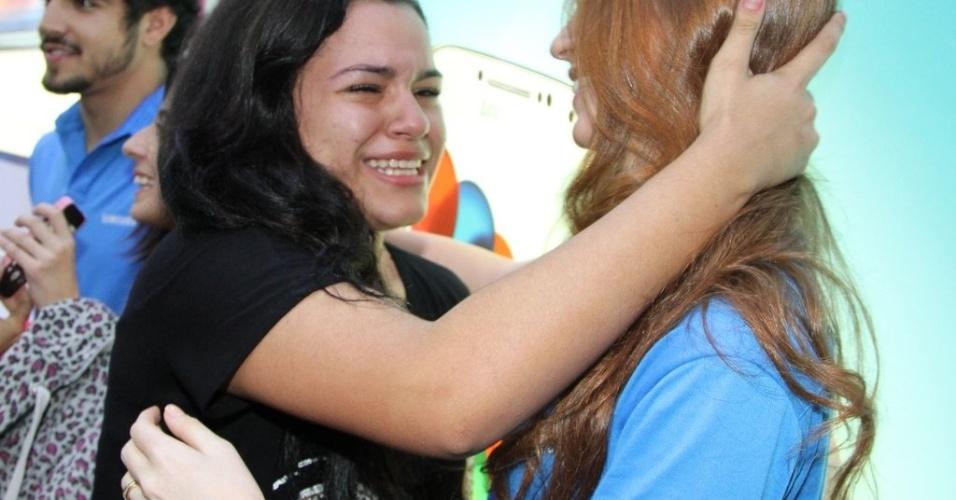 22.ago.2013 - Fã fica muito emocionada ao conhecer a atriz Marina Ruy Barbosa, que atualmente interpreta a Nicole de