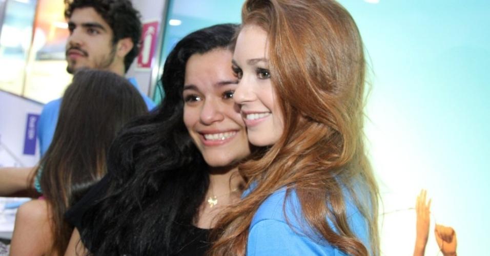 22.ago.2013 - Fã fica muito emocionada e chora ao conhecer a atriz Marina Ruy Barbosa, que atualmente interpreta a Nicole de