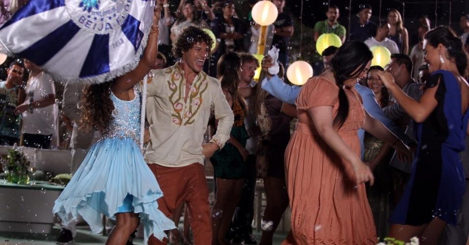 """22.ago.2013 - José Loreto samba ao som da bateria da escola de samba Beija Flor durante gravações de """"Flor do Caribe"""" na restinga da Marambaia, no Rio de Janeiro"""
