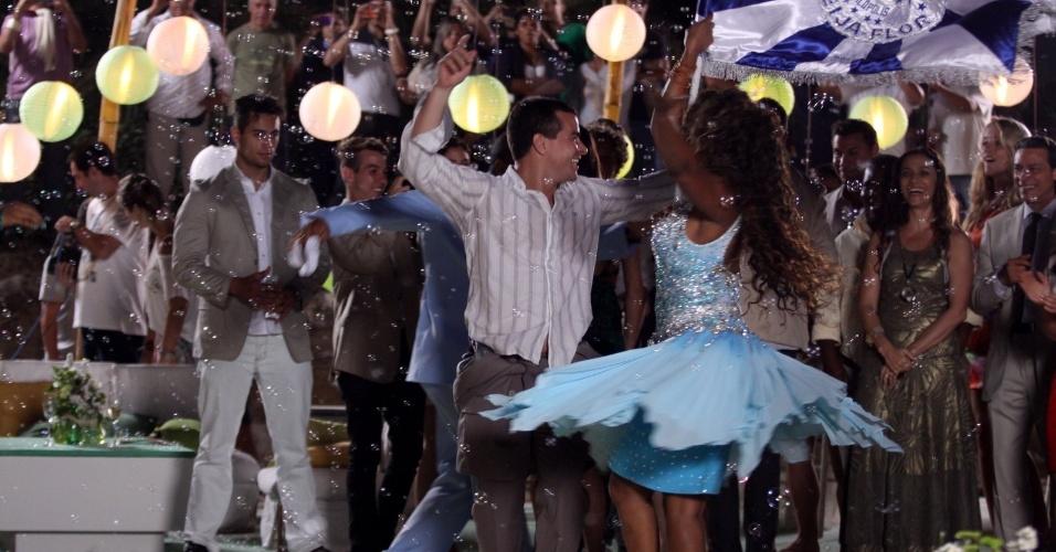 """22.ago.2013 - Thiago Martins samba ao som da bateria da escola de samba Beija Flor durante gravações de """"Flor do Caribe"""" na restinga da Marambaia, no Rio de Janeiro"""