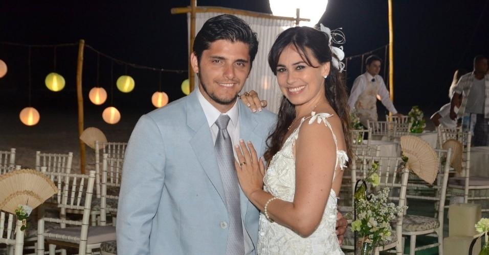 """22.ago.2013 - Vestidos de noivos, Bruno Gissoni e Daniela Escobar gravam cenas do casamento de Juliano e Natália, seus personagens em """"Flor do Caribe"""""""