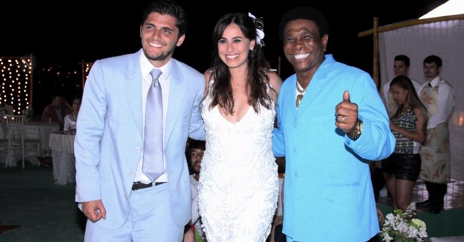 """22.ago.2013 - Vestidos de noivos, Bruno Gissoni e Daniela Escobar tiram fotos com o cantor Neguinho da Beija Flor durante gravação do casamento de seus personagens em """"Flor do Caribe"""""""