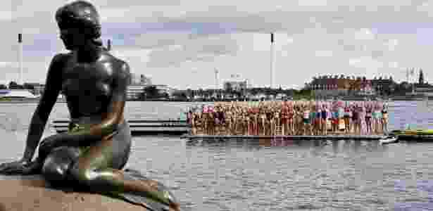 23.ago.2013 - Cem mulheres se reúnem para nadar em homenagem ao centenário da estátua da Pequena Sereia  em Copenhague, na Dinamarca - EFE/Nikolai Linares