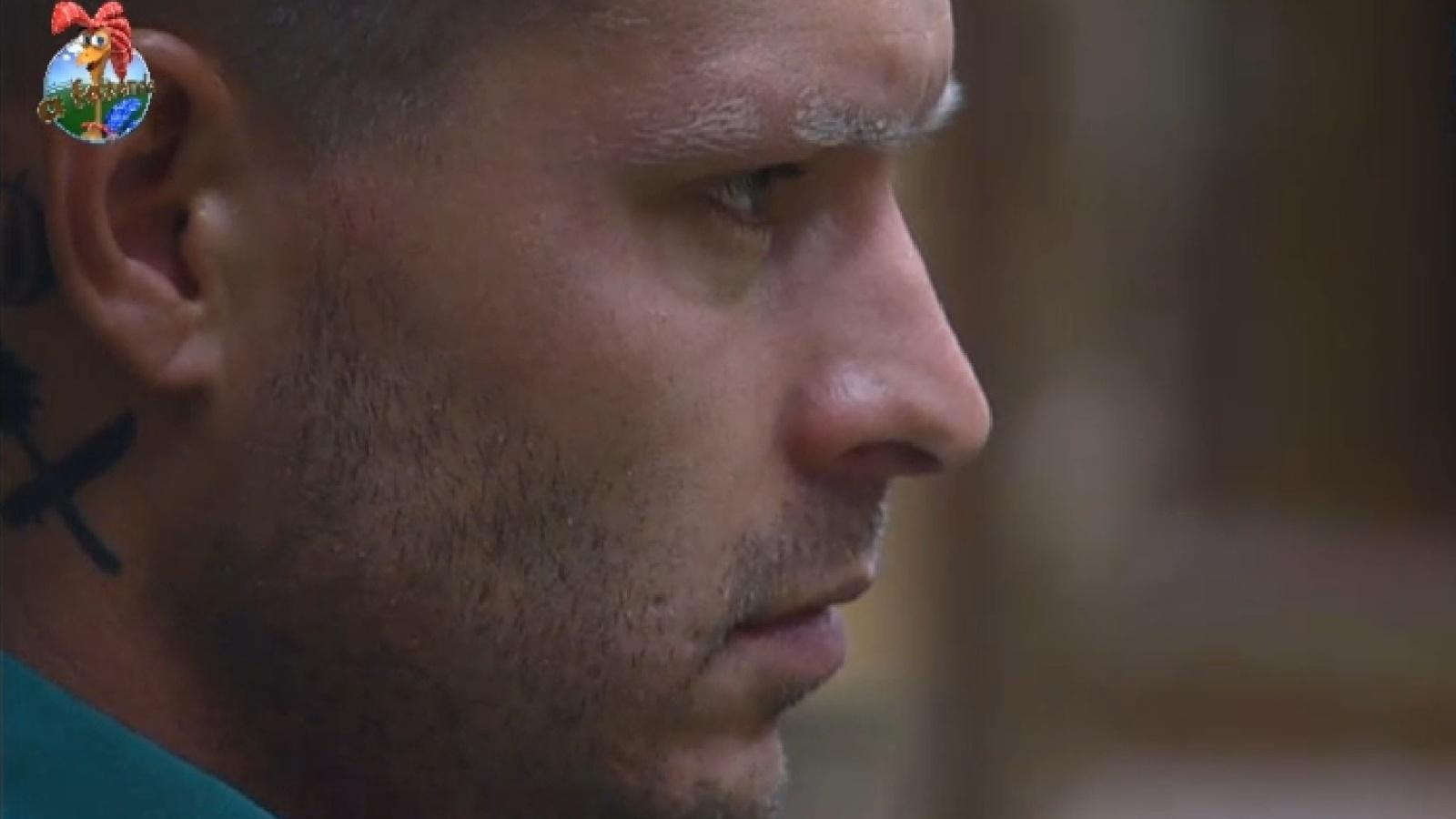 23.ago.2013 - Concentrado, Mateus espera para disputar a chave