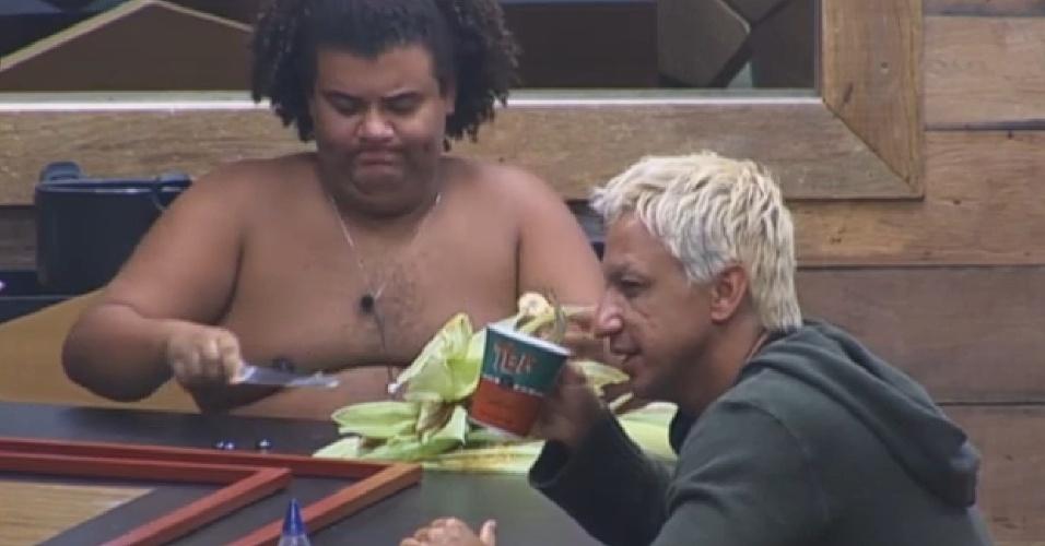 23.ago.2013 - Gominho e Paulo Nunes dividem a mesa da cozinha da sede na manhã desta sexta-feira