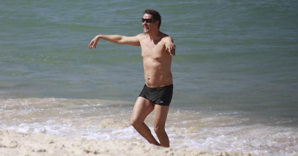 23.ago.2013- Marcello Antony aproveitou a sexta-feira de sol na praia da Barra da Tijuca, zona oeste do Rio, com a família