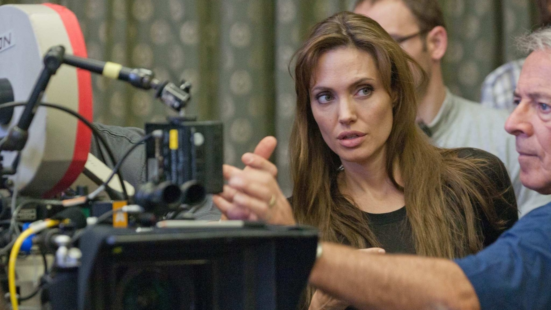 Angelina Jolie dá instruções no set de filmagens de
