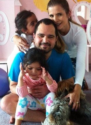 Após passar por cirurgia de retirada da vesícula, Luciano volta para casa e tira foto com a família