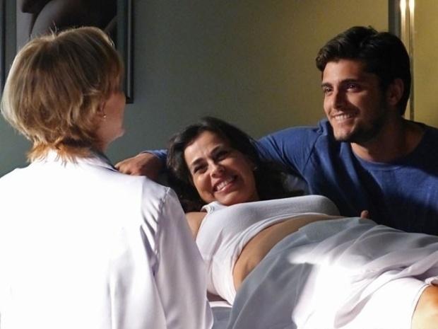 """Em """"Flor do Caribe"""", Natália e Juliano descobrem que vão ter uma menina"""