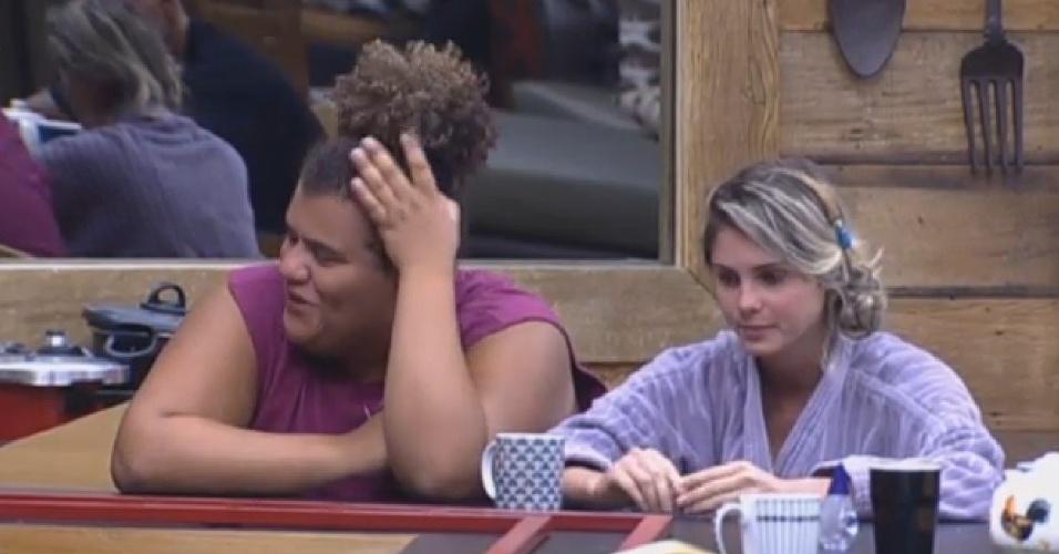24.ago.2013 - Bárbara Evans diz que Denise já deve estar nervosa por causa da votação da noite deste sábado