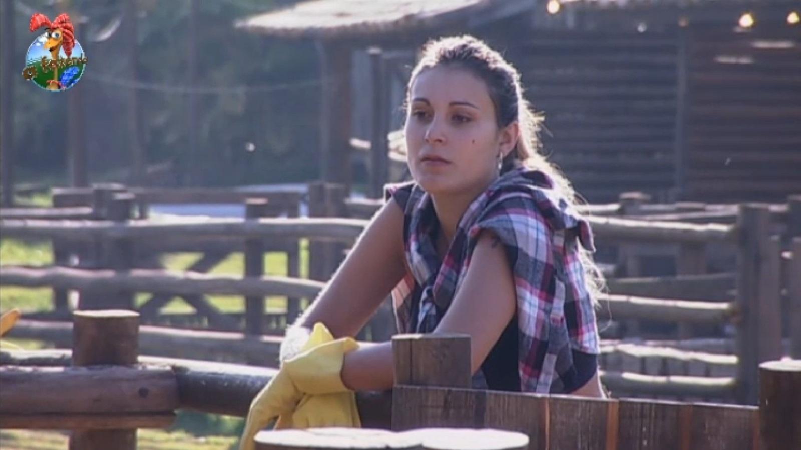 24.ago.2013 - Fazendeira da semana, Andressa Urach observa as ovelhas