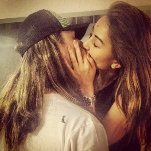 24.ago.2013 - João Vicente Castro beija Sabrina