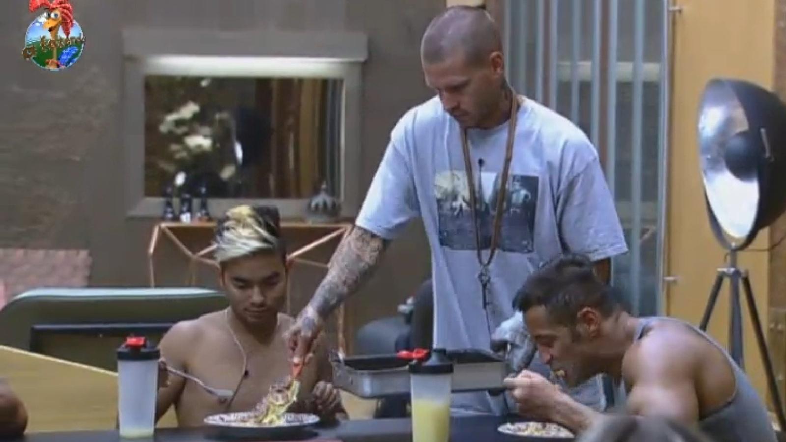 24.ago.2013 - Mateus serve berinjela preparada por ele e recebe elogios dos peões