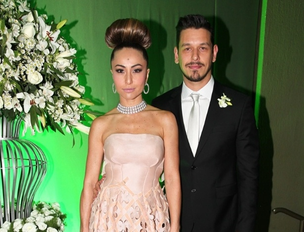 24.ago.2013 - Sabrina Sato e o namorado, João Vicente Castro vão ao casamento de Karina