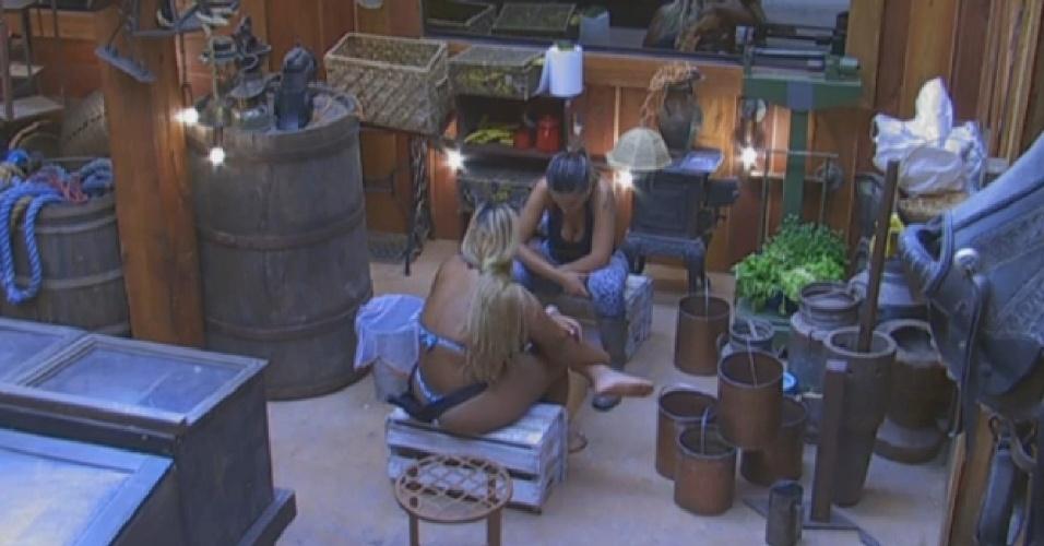 24.ago.2013 - Yani e Andressa brincam com jogo de tabuleiro no celeiro