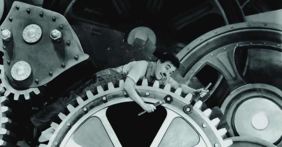 """Chaplin em cena de """"Tempos Modernos"""", filme no qual atuou, dirigiu, editou, escreveu roteiro e fez a trilha sonora"""