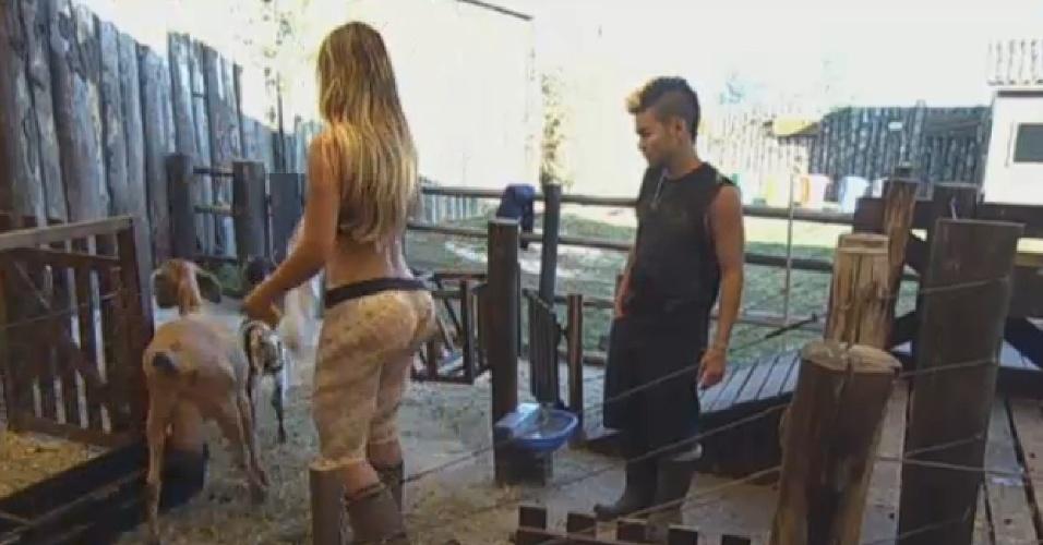25.ago.2013 - Andressa Urach ajuda Yudi a cuidar das cabras