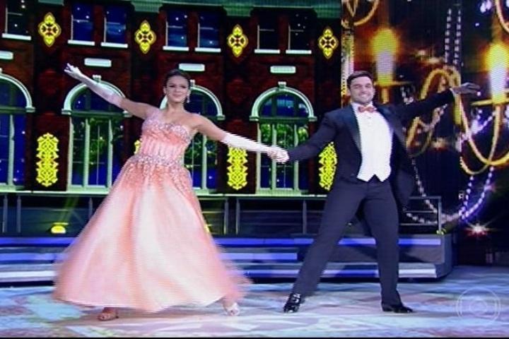 """25.ago.2013 - Bruna Marquezine recebe elogios pela valsa na """"Dança dos Famosos"""""""