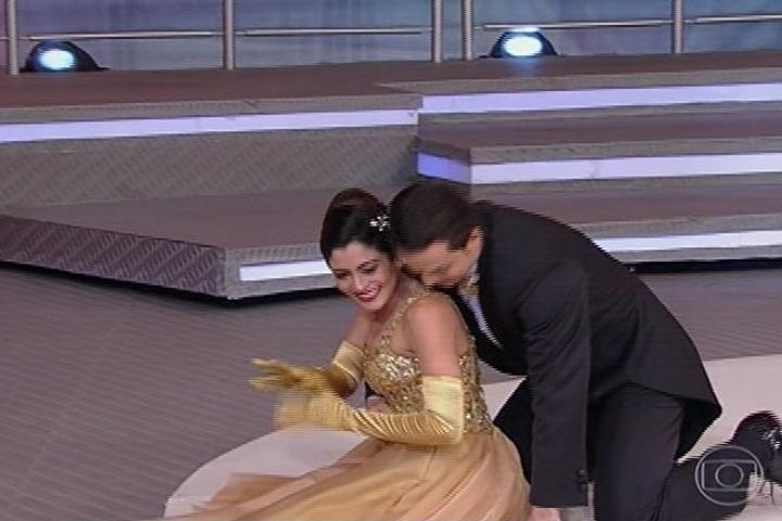 """25.ago.2013 - Carol Castro emociona a todos no ritmo da valsa na """"Dança dos Famosos"""""""