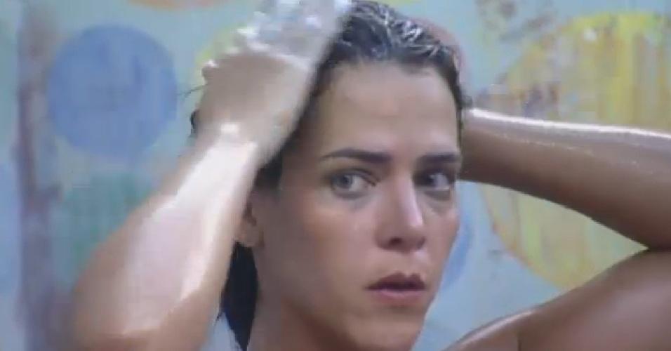 25.ago.2013 - Denise ouve conversa entre Paulo e Bárbara enquanto toma banho