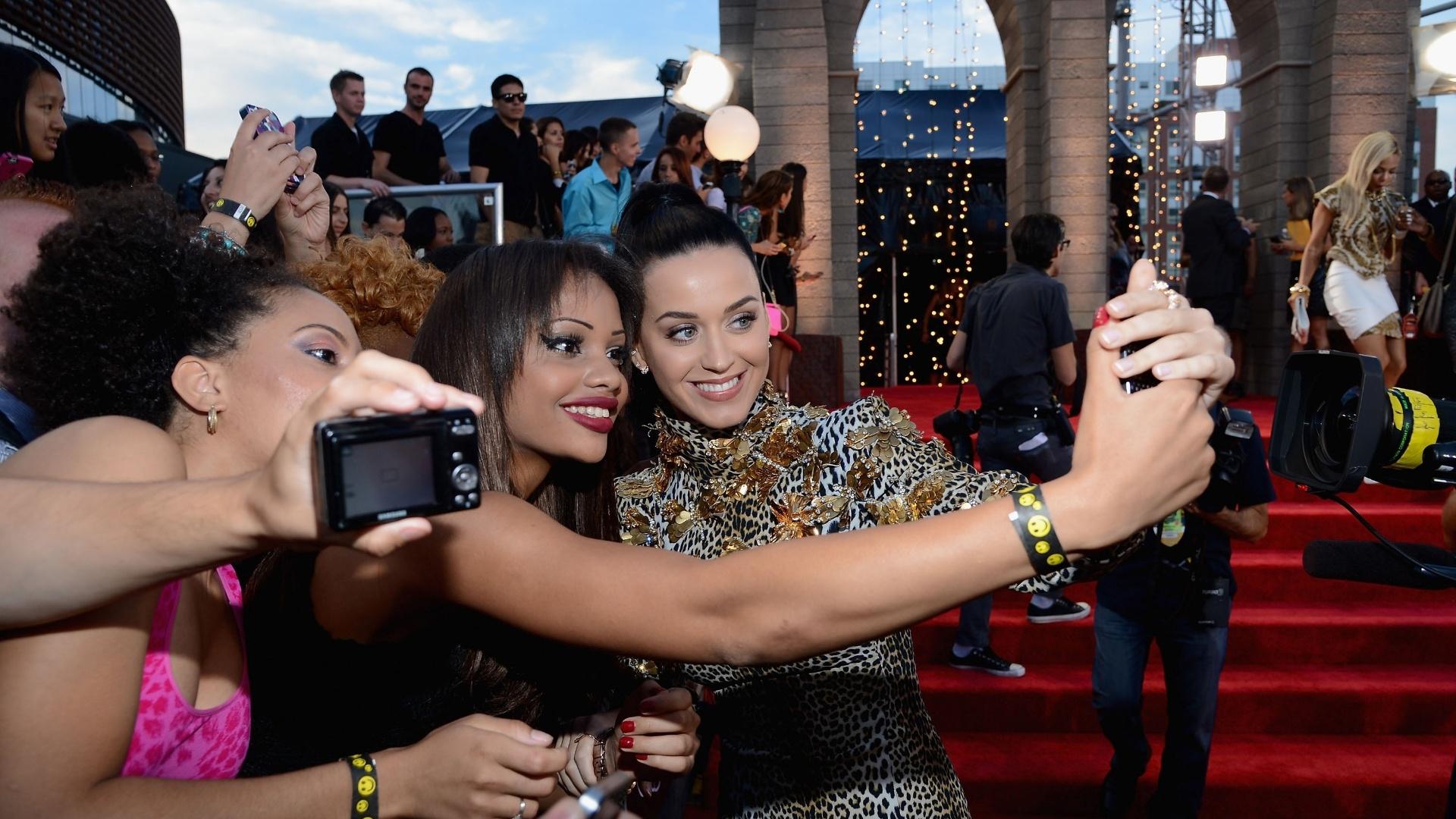 25.ago.2013 - Katy Perry tira foto com fãs no tapete vermelho do Barclays Center, em Nova York, para a cerimônia do Video Music Awards 2013