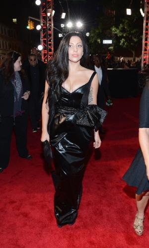 25.ago.2013 - Lady Gaga apareceu morena e toda de preto no tapete vermelho do VMA 2013, do Barclays Center, em Nova York