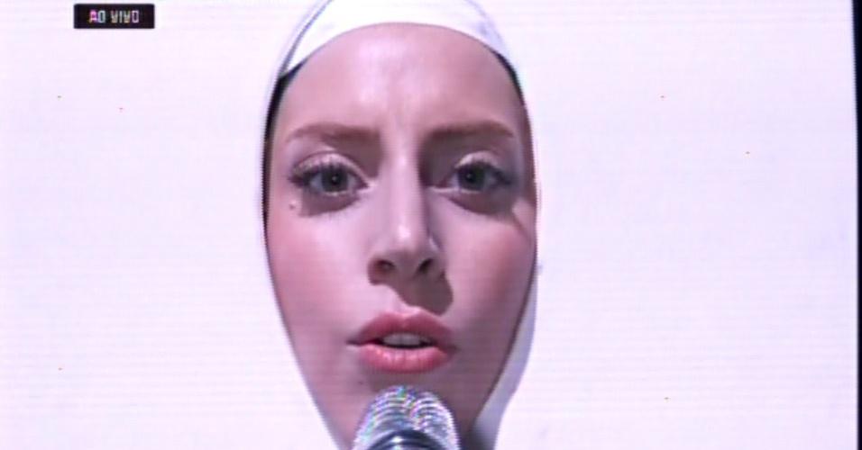 25.ago.2013 - Lady Gaga foi o primeiro rosto a aparecer na premiação do VMA. Ela fez uma pequena introdução para