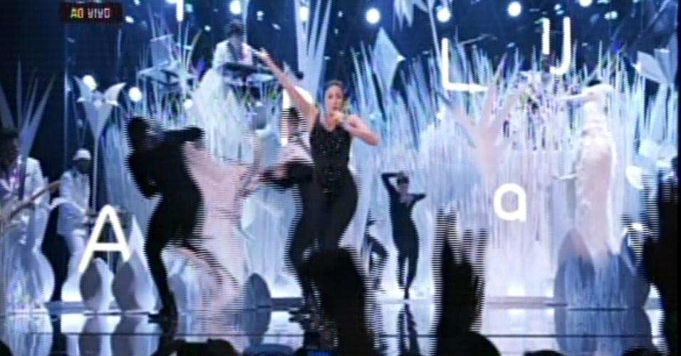25.ago.2013 - Lady Gaga trocou de roupas durante primeira apresentação de