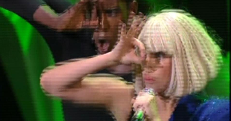 25.ago.2013 - Lady Gaga usou técnicas teatrais em sua primeira apresentação após uma cirurgia no começo do ano