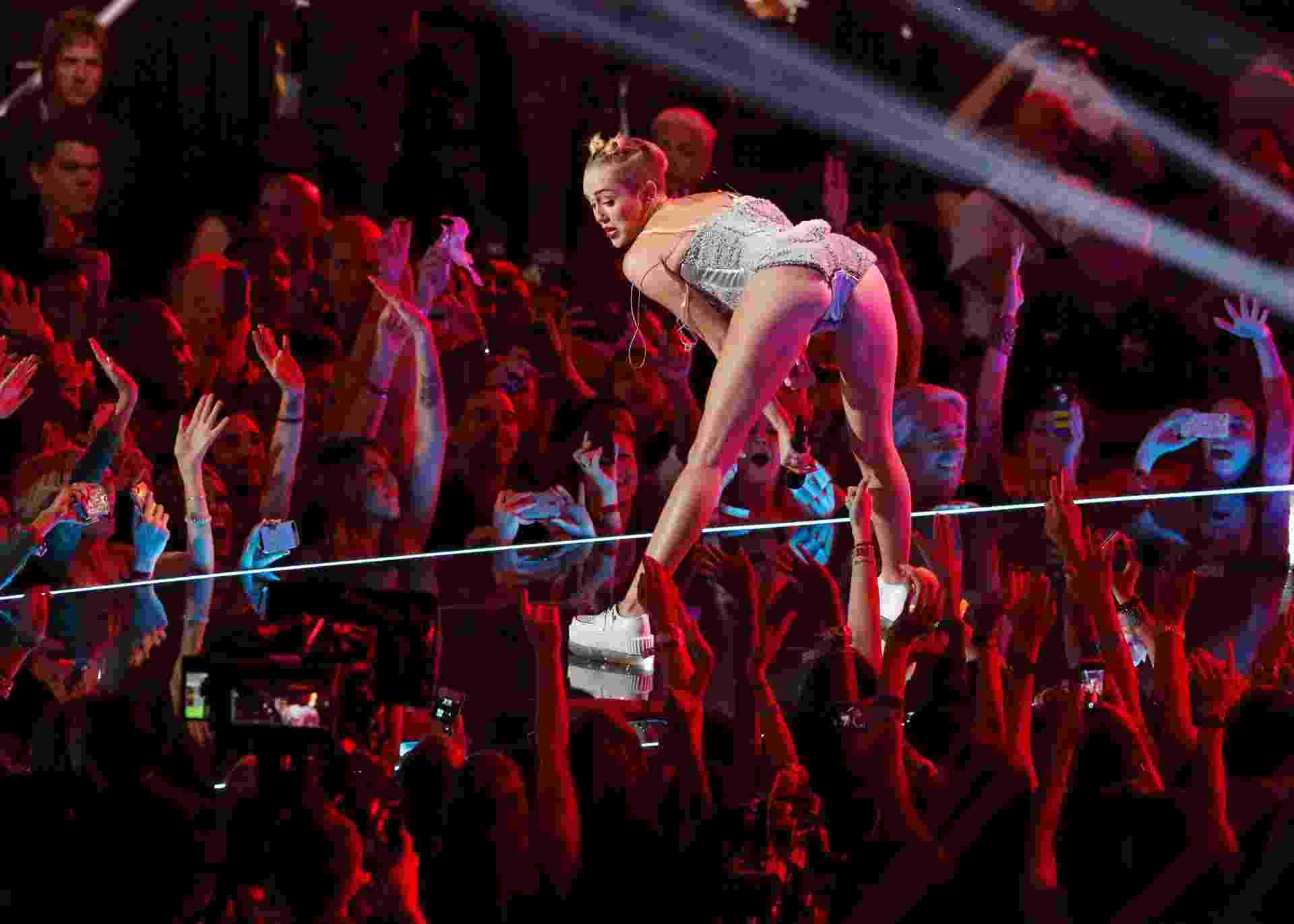"""25.ago.2013 - Miley Cyrus canta """"We Can't Stop"""" durante o Video Music Awards - REUTERS"""