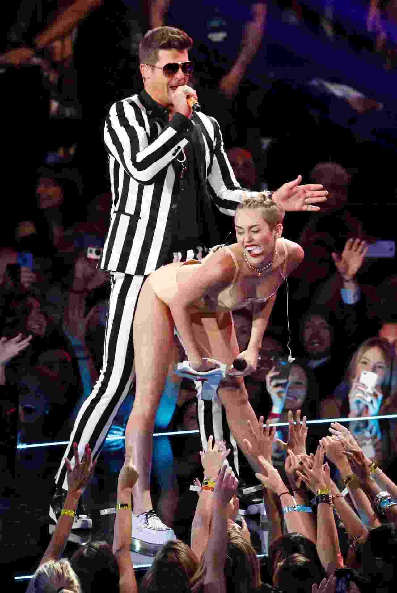 "25.ago.2013 - Miley Cyrus e Robin Thicke cantam ""We Can't Stop"" e ""Blurred Lines"" juntos no palco do VMA 2013 - Lucas Jackson/Reuters"
