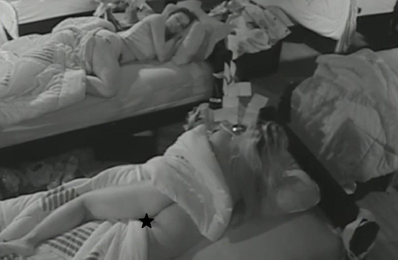 25.ago.2013 - Mulher Filé conta para Yudi que está dormindo pelada