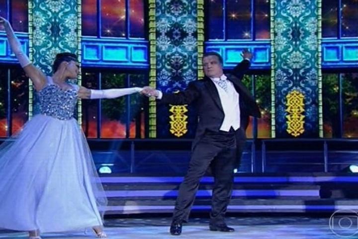 """25.ago.2013 - Na """"Dança dos Famosos"""" desde domingo, Adriano Garib foi o primeiro competidor a dançar valsa"""