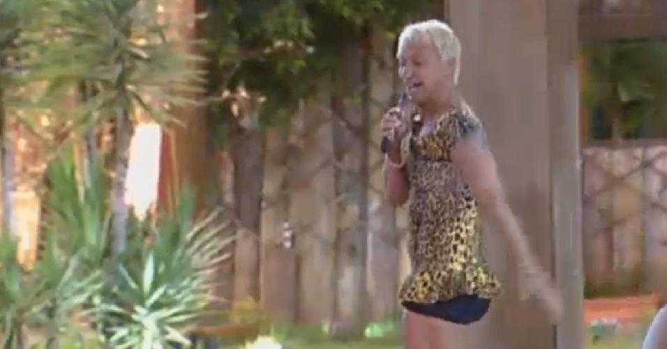 25.ago.2013 - Paulo Nunes usa vestido de Bárbara Evans ao imitá-la em brincadeira