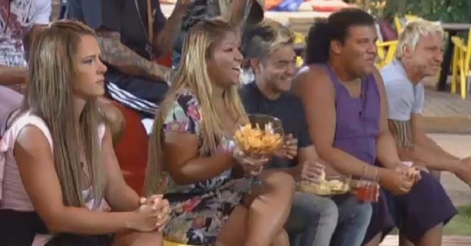 25.ago.2013 - Peões se divertem com imitações durante atividade