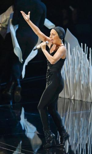 25.ago.2013 - Por baixo da roupa branca, Lady Gaga estava de preto, com uma touca. Ao longo da apresentação, ela foi trocando de roupa e sendo maquiada por artistas no palco