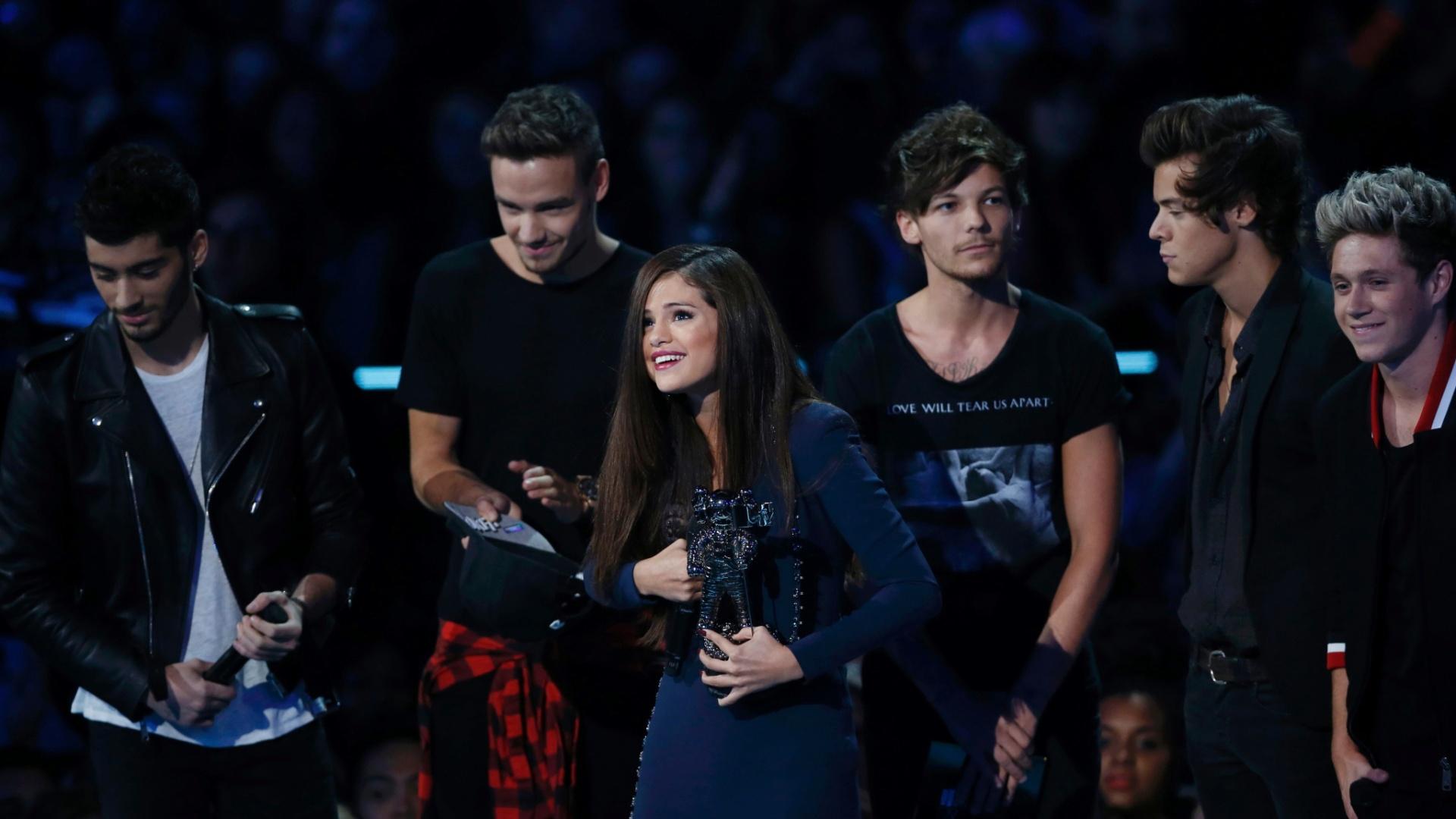 25.ago.2013 - Selena Gomez recebe o prêmio de melhor clipe de pop das mãos do One Direction no Video Music Awards