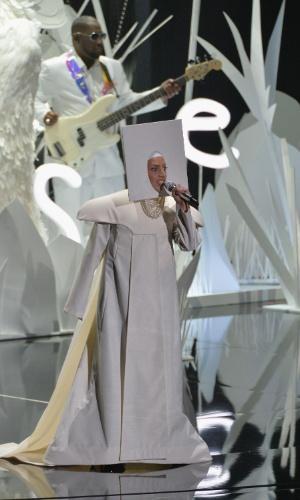 25.ago.2013 - Toda de branco, Lady Gaga apresentou