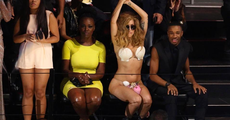 25.ago.2013 - Ainda de biquíni, Lady Gaga dança durante a apresentação de Justin Timberlake no Video Music Awards
