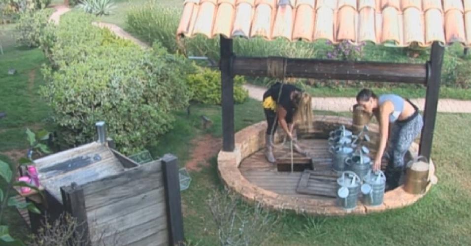 26.ago.2013 - Andressa Urach e Yani cuida da horta