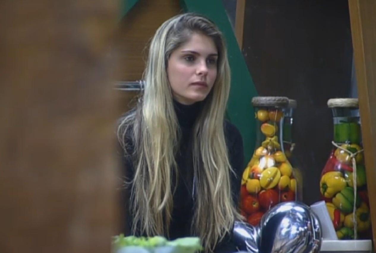 26.ago.2013 - Bárbara Evans fala para Gominho cuidar mais do corpo