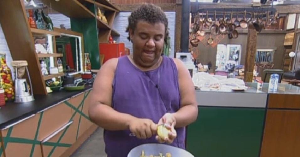26.ago.2013 - Gominho fazendo comida