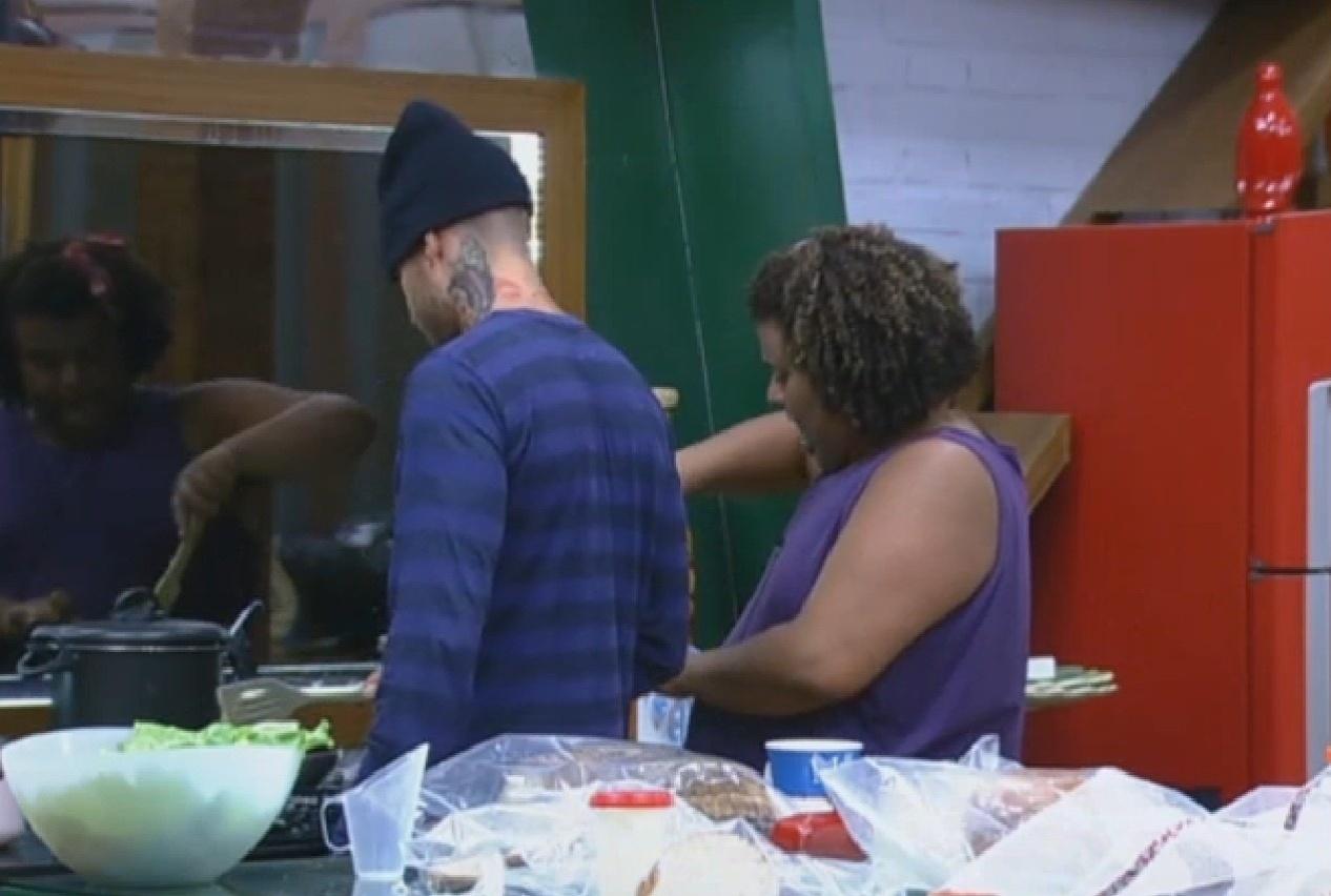 26.ago.2013 - Mateus fala para Gominho que está com fome e pergunta se o almoço vai demorar para ficar pronto